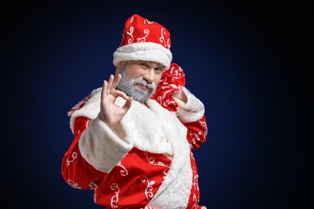 Santa claus toont ok teken op donker