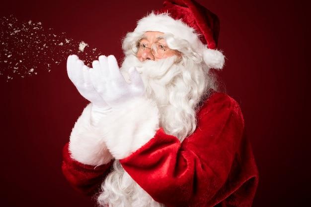 Santa claus waait sneeuw