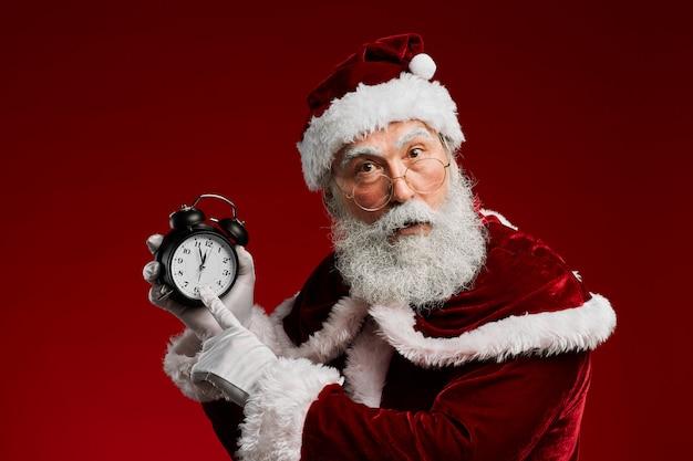 Santa claus wijzend op de klok