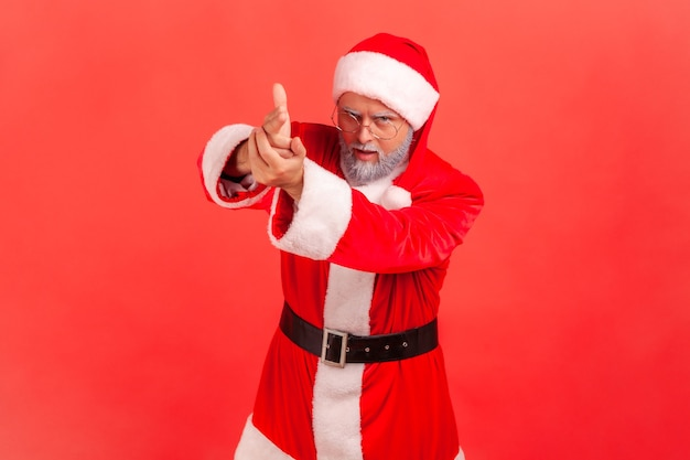 Santa claus wijzende vingerkanonnen naar camera, agressieve blik, dreigen te schieten,