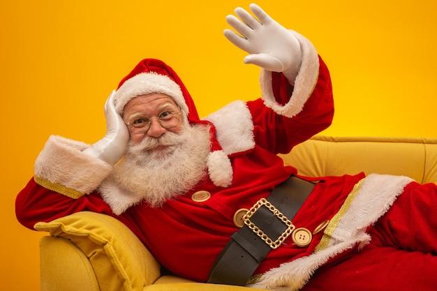 Santa claus-zitting op een gele laag