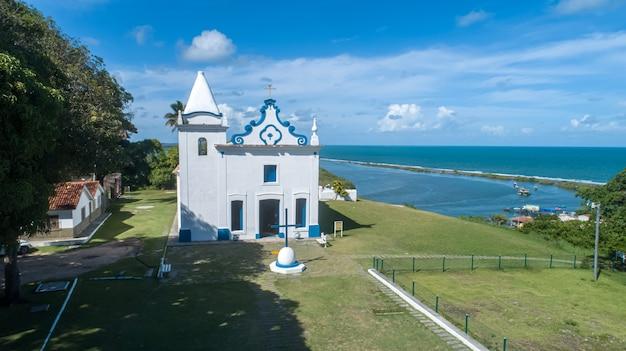 Santa cruz cabralia, bahia-brazilië - circa januari 2021: luchtfoto van de kerk van onze lieve vrouw van conceptie in de stad santa cruz cabralia, in het zuiden van bahia