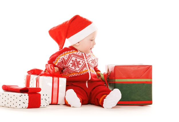 Santa helper baby met kerstcadeaus over wit