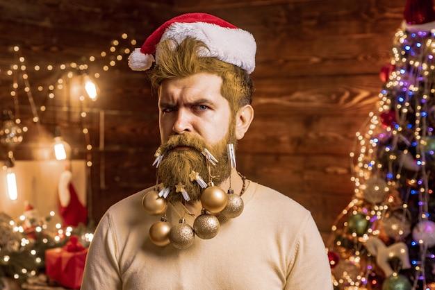 Santa man die zich voordeed op vintage houten achtergrond