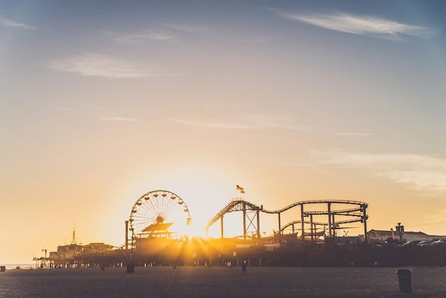 Santa monica pier bij zonsondergang