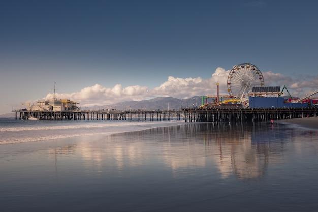 Santa monica pier, iconisch uitzicht vanaf de kust van californië, verenigde staten.