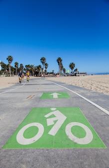 Santa monica-strand - los angeles. een fietspad voor actieve mensen