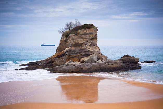 Santander, noord-spanje, het strand van el camello. horizontaal schot
