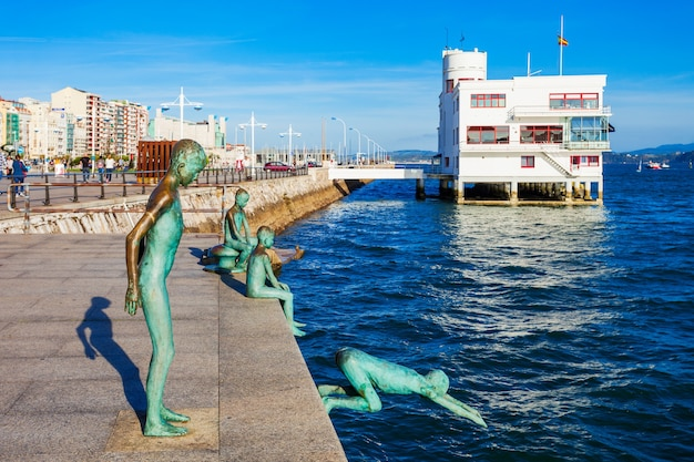 Santander, spanje - september 26, 2017: los raqueros monument springen jongens op santander embankment promenade in santander stad, regio cantabrië, spanje