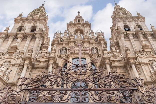 Santiago de compostela, spanje; 19 april 2019: kathedraal van santiago de compostela en veel toeristen en pelgrims op vakantiereis