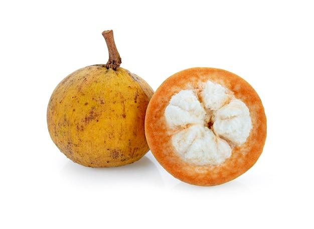 Santol fruit geïsoleerd op een witte achtergrond.