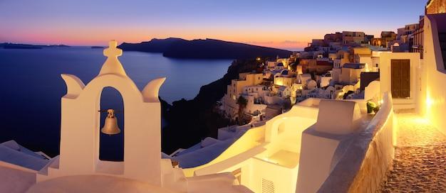 Santorini-eiland, oia-dorp in de avond, panoramisch beeld