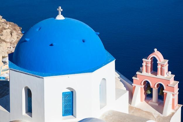 Santorini, griekenland. traditionele architectuurkerk in oia-dorp, bezienswaardigheid van de griekse eilanden, egeïsche zee.