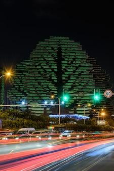 Sanya, china - 19 januari 2020: nacht veelkleurige verlichting 7-sterrenhotel sanya beauty crown waarin een jaarlijkse wedstrijd wordt gehouden - miss of the world. huisbomen grootste hotel ter wereld.