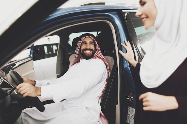 Saoedi-arabische man koopt auto voor vrouw moderne moslim meisje.