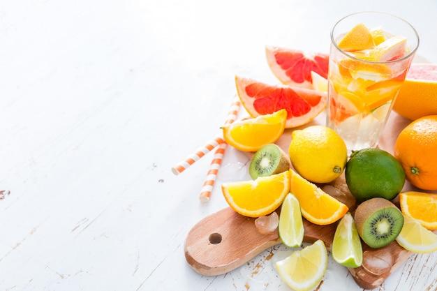 Sap met selectie van tropische vruchten, geïsoleerd op wit