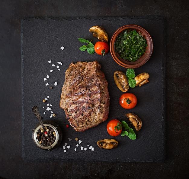 Sapig biefstuk medium zeldzaam biefstuk met specerijen en gegrilde groenten. bovenaanzicht