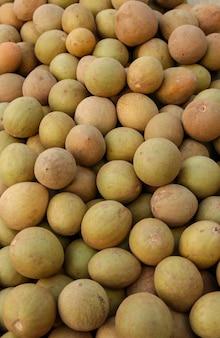 Sapoti braziliaans tropisch fruit te koop op de beurs