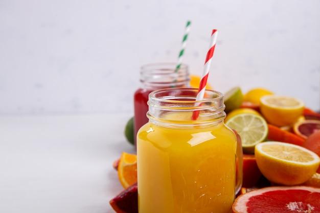 Sappen fris oranje en citrus. zomerfeest drankje.