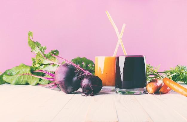Sappen smoothie verschillende glazen gezondheid concept
