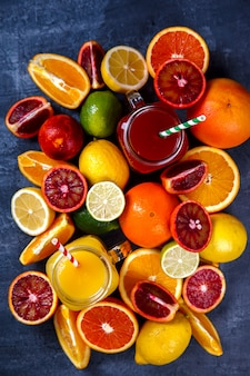 Sappen verse sinaasappel en citrus. gezonde drank
