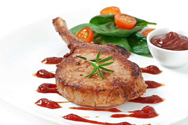 Sappig gegrild varkensvleesfiletlapje vlees met slabonen