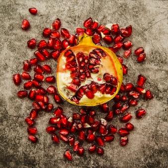 Sappig granaatappelfruit met zaden tegen doorstane achtergrond