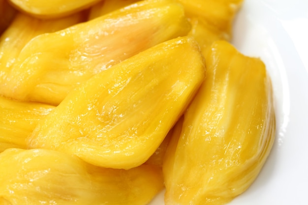 Sappig jackfruitvlees op een bord met selectieve focus