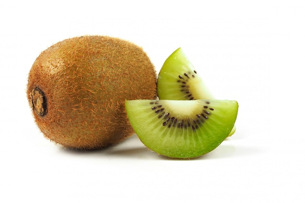 Sappig kiwifruit op wit