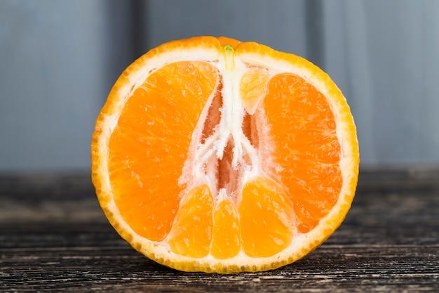 Sappig rijp fruit dat klaar is voor voeding en daarom gepeld, close-up