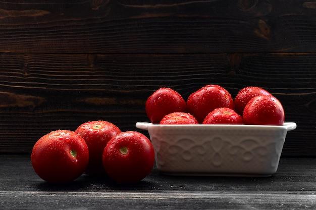 Sappig rood tomatenstilleven op donkere achtergrond