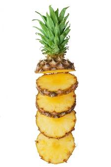 Sappige ananas, in stukjes gesneden op een witte achtergrond. geïsoleerd.