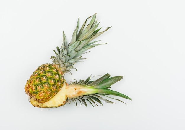 Sappige ananas in tweeën gesneden op wit. plat lag.