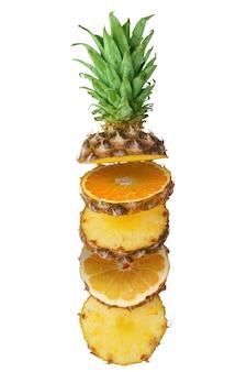 Sappige ananas, sinaasappel en grapefruit in stukjes gesneden op een witte achtergrond. geïsoleerd.