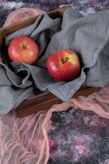 Sappige appels op rustieke houten doos.