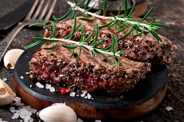 Sappige biefstuk medium zeldzaam rundvlees met kruiden