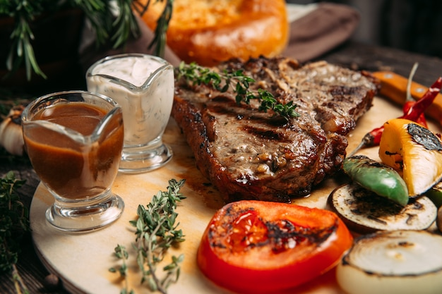 Sappige biefstuk met gegrilde groenten aan boord