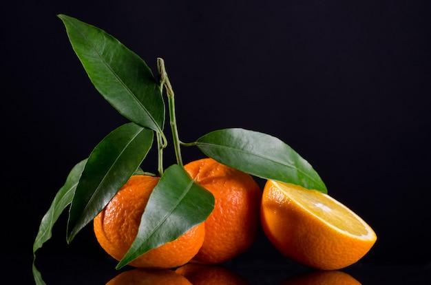 Sappige citrus geïsoleerd op zwart