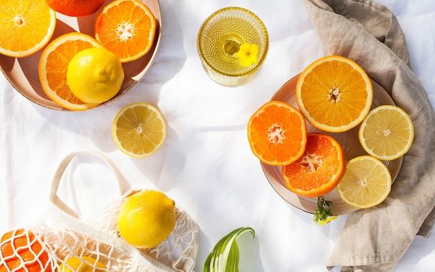 Sappige citrusvruchten op wit