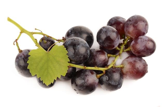 Sappige druiven geïsoleerd op wit