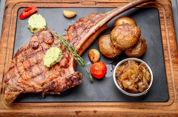 Sappige gegrilde tomahawk biefstuk op het bot