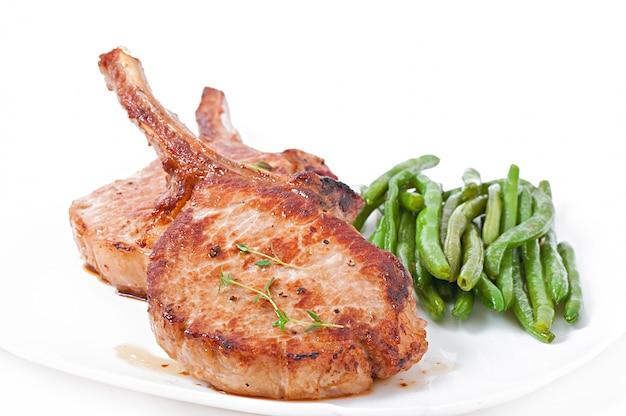 Sappige gegrilde varkensfilet steak met sperziebonen