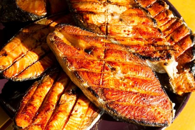 Sappige gegrilde zalmlapjes vlees als voedselachtergrond. buiten barbecue.