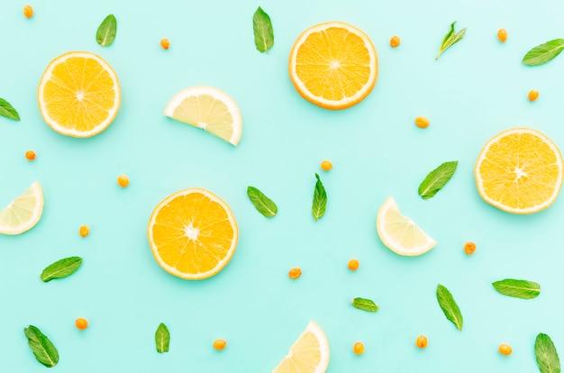 Sappige gesneden oranje limoen duindoorn en groene bladeren