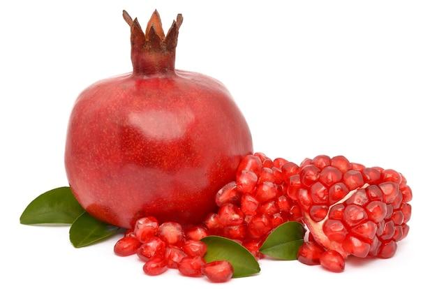 Sappige granaatappel op witte achtergrond Premium Foto