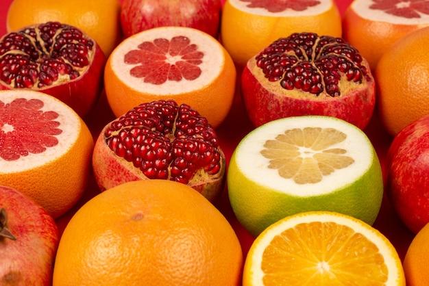 Sappige grapefruit, sinaasappel, granaatappel en citroenschatje