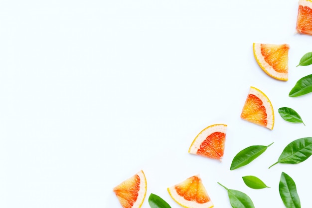 Sappige grapefruitplakken met groene bladeren