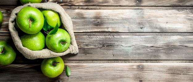 Sappige groene appels in een oude zak.