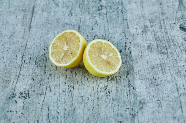 Sappige half gesneden gele citroen op marmeren oppervlak
