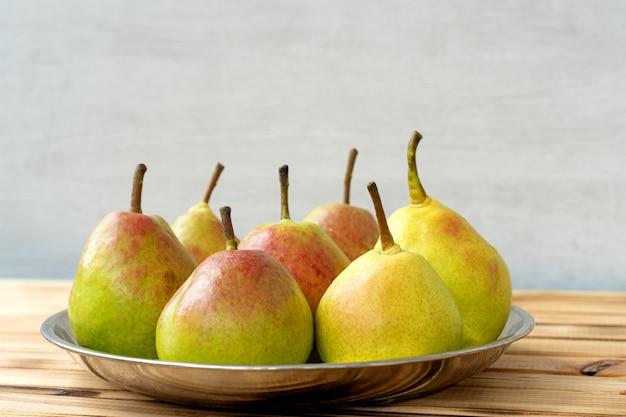 Sappige heerlijke peren in een plaat op hout